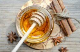 honey-cinnamon-on-table